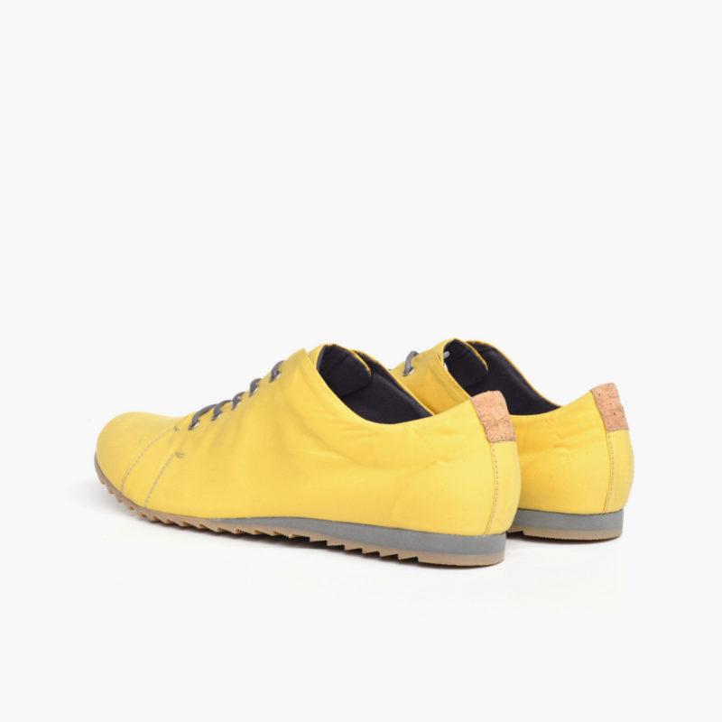 Ansicht von hinten auf ein Paar Halbschuhe in pastellgelb mit grauen Schnürern und Sohlevon Sorbas Shoes Berlin.