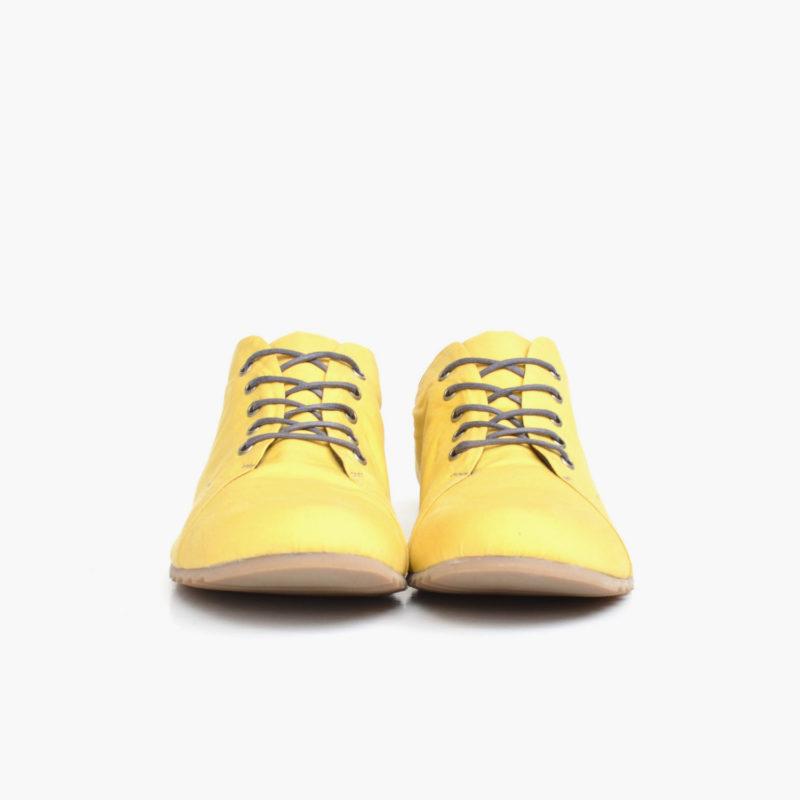Ansicht von vorn auf Halbschuh in pastellgelb mit grauen Schnürern von Sorbas Shoes Berlin. Vegan, wasserfest, ultraleicht und atmungsaktiv.