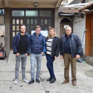 SORBAS Gründer Eike Vogler (links) mit der Familie des serbischen Produktionsbetriebes