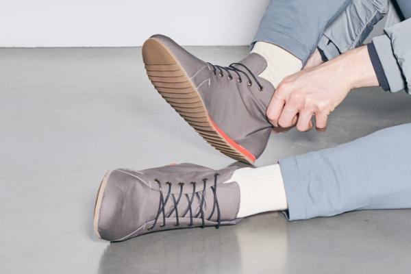 graue sneaker rote sohle vegan nachhaltig