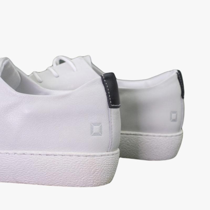 weisse sneaker quadrat